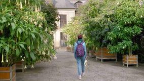 Hannover, Germania Un giovane turista femminile con una mappa nelle sue mani ed in uno zaino cammina intorno all'acquario con ins archivi video