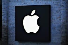 11/13/2017 - Hannover/Germania - un'immagine di un logo della mela - deposito Fotografia Stock Libera da Diritti