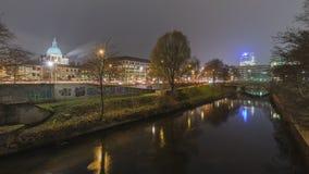 HANNOVER GERMANY-DECEMBER 05, 2014: Den Leine floden i Hannover på aftonen Royaltyfri Bild