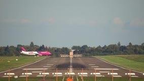 Hannover Niemcy, Październik, - 01, 2017: Samolot pasażerski ląduje przy lotniskiem Hanover zbiory