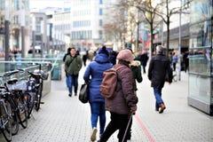 Hannover/Tyskland - 11/13/2017 - en bild av en shoppinggata Arkivfoton