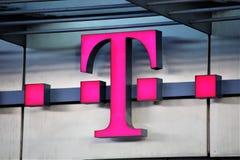 Hannover/Tyskland - 11/13/2017 - en bild av en Telekom logo Royaltyfria Bilder