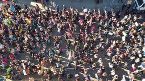 Hannover Tyskland - Februari 15, 2019: Tusentals studenter visar i Hannover mot klimatskyddet stock video