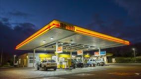 Hannover Tyskland - Januari 16, 2018: Beskjuta bensinstationen på natten i Hannover, Tyskland schackningsperiod för 4K Tid arkivfilmer