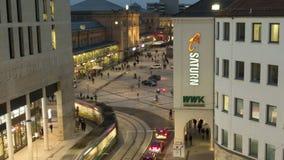 Hannover Tyskland - Januari 16, 2018: Ernst-Augusti-Platz i hannover på vinteraftonen schackningsperiod för 4K Tid lager videofilmer
