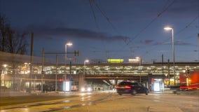 Hannover Tyskland - Januari 30, 2018: Trafikera på fyrkanten på centralstationen i Hannover Timelapse lager videofilmer
