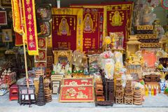 Hanoï, Vietnam - 1er novembre 2015 : Objets adorants à vendre sur la rue de Hanoï : drapeau funèbre, autel, lanterne de fleur Off photos libres de droits