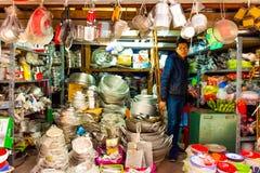 Hanoï, Vietnam - 13 février 2018 : Les marchands ambulants de la ville de Hanoï, la plupart des marchands ambulants utilisent la  photos stock