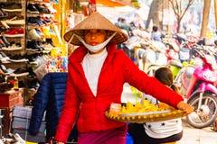 Hanoï, Vietnam - 13 février 2018 : Les marchands ambulants de la ville de Hanoï, la plupart des marchands ambulants utilisent la  images stock