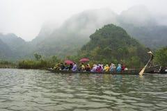 Hanoï, Vietnam - 23 février 2014 : Les touristes sur le bateau à rames sur le chemin à la pagoda de Huong dans le festival assais Photographie stock