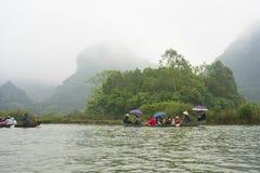 Hanoï, Vietnam - 23 février 2014 : Les touristes sur le bateau à rames sur le chemin à la pagoda de Huong dans le festival assais Photo stock