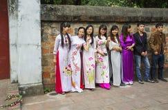 Hanoï, Vietnam, jeunesse vietnamienne dans des costumes nationaux images stock