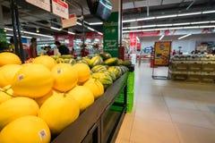 Hanoï, Vietnam - 10 juillet 2017 : Fruit frais sur l'étagère dans le supermarché de Vinmart, rue de Minh Khai Photographie stock libre de droits