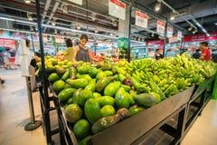Hanoï, Vietnam - 10 juillet 2017 : Fruit frais sur l'étagère dans le supermarché de Vinmart, rue de Minh Khai Photo stock