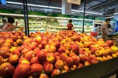 Hanoï, Vietnam - 10 juillet 2017 : Fruits frais sur l'étagère dans le supermarché de Vinmart, rue de Minh Khai Image libre de droits