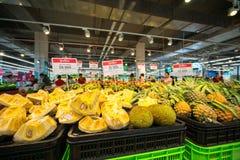 Hanoï, Vietnam - 10 juillet 2017 : Jacquier frais sur l'étagère dans le supermarché de Vinmart, rue de Minh Khai Images libres de droits