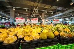 Hanoï, Vietnam - 10 juillet 2017 : Jacquier frais sur l'étagère dans le supermarché de Vinmart, rue de Minh Khai Photos libres de droits