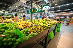 Hanoï, Vietnam - 10 juillet 2017 : Légumes organiques sur l'étagère dans le supermarché de Vinmart, rue de Minh Khai Photo stock