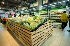 Hanoï, Vietnam - 10 juillet 2017 : Légumes organiques sur l'étagère dans le supermarché de Vinmart, rue de Minh Khai Légume de ma Images libres de droits