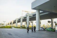 Hanoï, Vietnam - 12 juillet 2015 : La manière vers le bas de Noi Bai International Airport, le plus grand aéroport au Vietnam du  Photos libres de droits