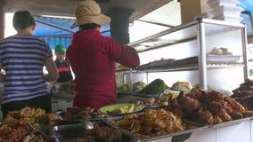 Hanoï, Vietnam - juillet 2018 : nourriture asiatique cuite sur le marché vietnamien Nourriture vietnamienne traditionnelle vendue banque de vidéos