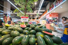 Hanoï, Vietnam - 10 juillet 2017 : Pastèque fraîche sur l'étagère dans le supermarché de Vinmart, rue de Minh Khai Photos stock