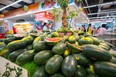 Hanoï, Vietnam - 10 juillet 2017 : Pastèque fraîche sur l'étagère dans le supermarché de Vinmart, rue de Minh Khai Images stock