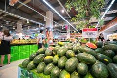 Hanoï, Vietnam - 10 juillet 2017 : Pastèque fraîche sur l'étagère dans le supermarché de Vinmart, rue de Minh Khai Images libres de droits