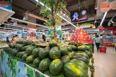 Hanoï, Vietnam - 10 juillet 2017 : Pastèque fraîche sur l'étagère dans le supermarché de Vinmart, rue de Minh Khai Photo stock
