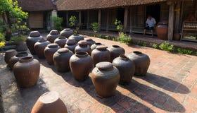 Hanoï, Vietnam - 17 juillet 2016 : Pots de Tuong dans la cour antique de maison, un genre de pâte fermentée de haricot faite à pa Photo libre de droits