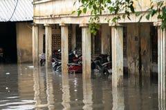 Hanoï, Vietnam - 17 juillet 2017 : Rue inondée de Minh Khai après forte pluie avec des motos dans l'eau profonde Image libre de droits