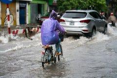 Hanoï, Vietnam - 17 juillet 2017 : Rue inondée de Minh Khai après forte pluie avec de l'eau une eau profonde de croisement de vél Images libres de droits
