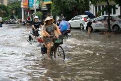 Hanoï, Vietnam - 17 juillet 2017 : Rue inondée de Minh Khai après forte pluie avec de l'eau une eau profonde de recyclage de croi Photo libre de droits