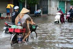 Hanoï, Vietnam - 17 juillet 2017 : Rue inondée de Minh Khai après forte pluie avec de l'eau une eau profonde de recyclage de croi Images libres de droits