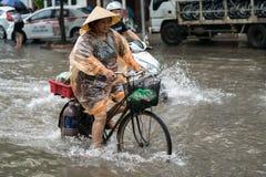 Hanoï, Vietnam - 17 juillet 2017 : Rue inondée de Minh Khai après forte pluie avec de l'eau une eau profonde de recyclage de croi Photos libres de droits