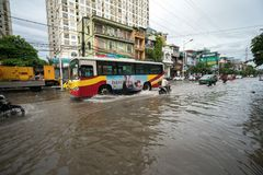 Hanoï, Vietnam - 17 juillet 2017 : Trafiquez sur la rue inondée de Minh Khai après forte pluie avec des voitures, motos croisant  Photo libre de droits