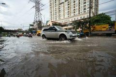 Hanoï, Vietnam - 17 juillet 2017 : Trafiquez sur la rue inondée de Minh Khai après forte pluie avec des voitures, motos croisant  Image stock