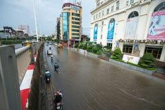 Hanoï, Vietnam - 17 juillet 2017 : Trafiquez sur la rue inondée de Minh Khai après forte pluie avec des voitures, motos croisant  Images stock