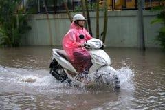 Hanoï, Vietnam - 17 juillet 2017 : Un motocycliste monte le long de la rue inondée de Minh Khai dans la ville de Hanoï, Vietnam Photo libre de droits