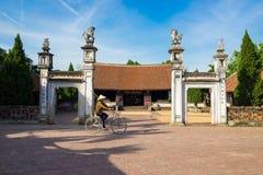 Hanoï, Vietnam - 17 juillet 2016 : Vue extérieure avant de maison communale de Mong Phu, une relique nationale en village antique Photo stock