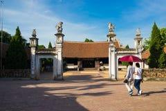 Hanoï, Vietnam - 17 juillet 2016 : Vue extérieure avant de maison communale de Mong Phu, une relique nationale en village antique Images stock