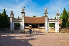 Hanoï, Vietnam - 17 juillet 2016 : Vue extérieure avant de maison communale de Mong Phu, une relique nationale en village antique Photographie stock