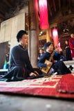 Hanoï, Vietnam - 22 juin 2017 : Chanteur folk traditionnel exécutant une chanson folklorique dans la maison communale ainsi au vi Images libres de droits
