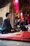 Hanoï, Vietnam - 22 juin 2017 : Chanteur folk traditionnel exécutant une chanson folklorique dans la maison communale ainsi au vi Photographie stock libre de droits