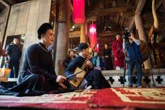 Hanoï, Vietnam - 22 juin 2017 : Chanteur folk traditionnel exécutant une chanson folklorique dans la maison communale ainsi au vi Photo stock