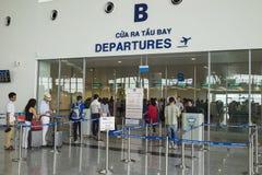Hanoï, Vietnam - 26 juin 2015 : La ligne des personnes s'alignent à la porte de départ chez Noi Bai International Airport Images stock