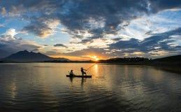 Hanoï, Vietnam - 12 juin 2016 : Lac dong Mo avec quelques pêcheurs pêchant des poissons par le piège net dans la belle période de Photos stock