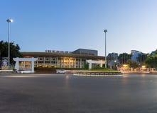 Hanoï, Vietnam - 2 juin 2016 : Palais culturel de travail d'amitié de Vietnam-Soviétique sur la rue de Tran Hung Dao au crépuscul Photo libre de droits