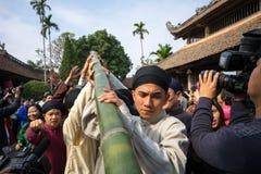 Hanoï, Vietnam - 22 juin 2017 : Relèvement des rituels d'arbre de Neu dans la maison communale ainsi au village, secteur de Quoc  Image stock