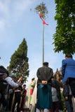 Hanoï, Vietnam - 22 juin 2017 : Relèvement des rituels d'arbre de Neu dans la maison communale ainsi au village, secteur de Quoc  Images stock